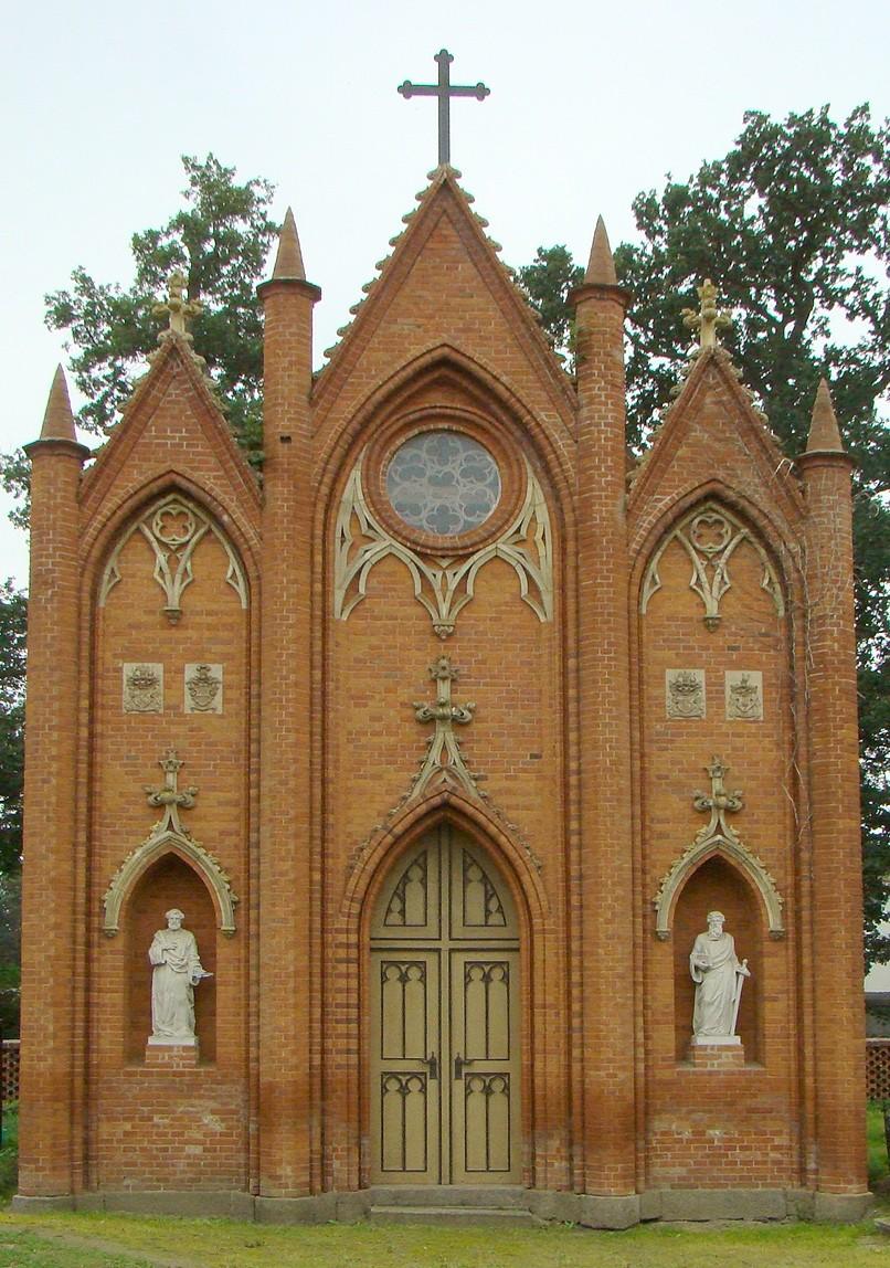 Die von Schinkel entworfene neogeotische Grabkapelle wurde nach dem Tod von Caroline von Berg in Groß Gievitz gebaut.