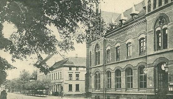 """1885 wurde das kaiserliche Postamt eingeweiht. Links daneben das Hotel """"Zum Erbgroßherzog"""""""