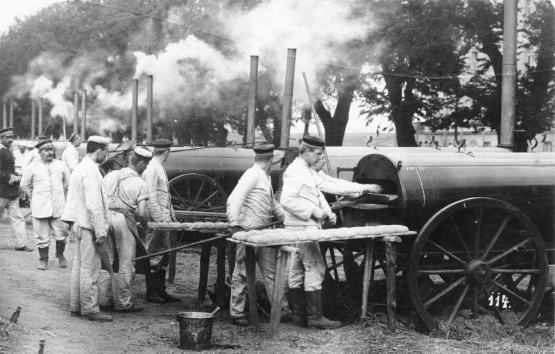 Bei Prenzlau arbeitete während des Kaisermanövers 1911 eine Feldbäckerei. Foto: Bundesarchiv