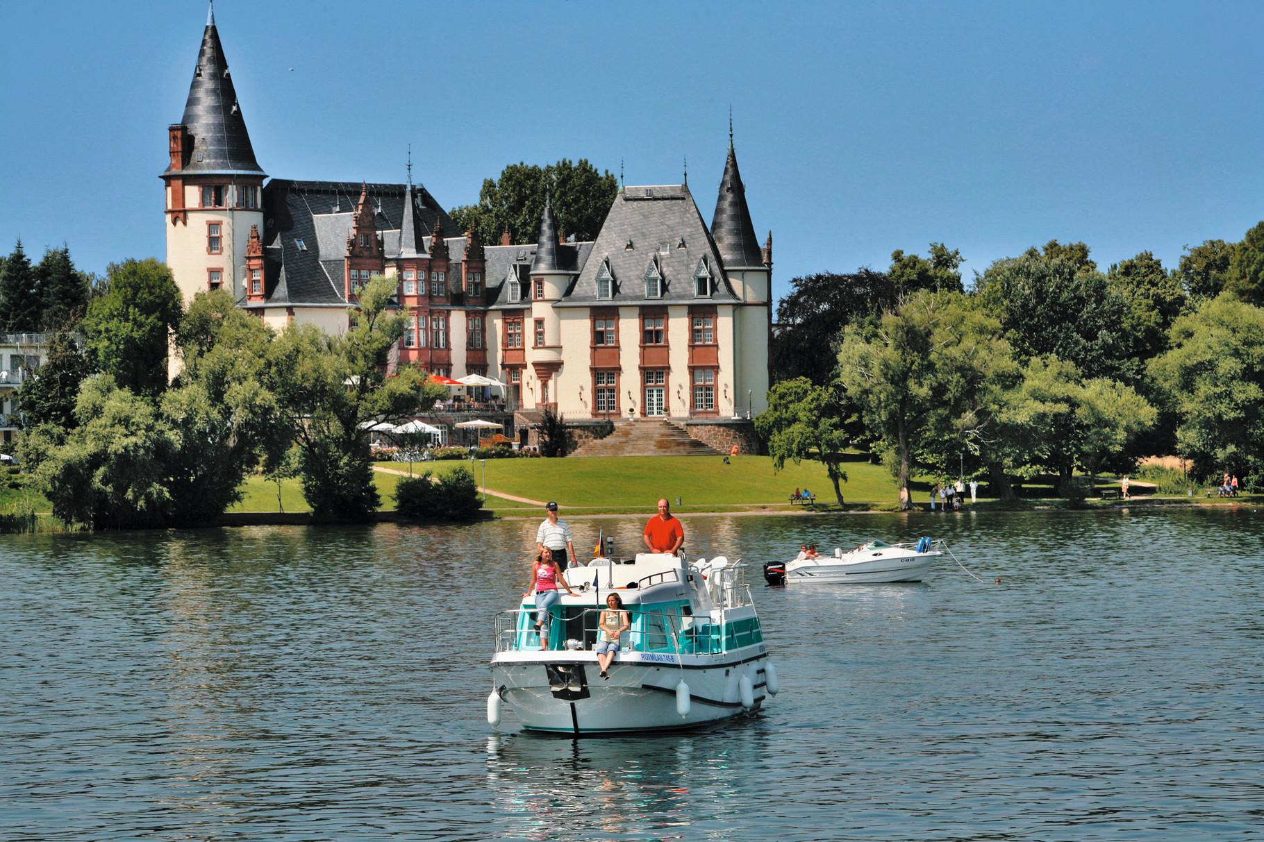 Vor Schloss Klink Foto: Kuhnle Tours/Harald Mertes