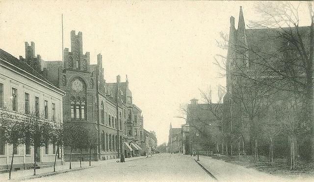 Blick in die Eisenbahnstraße mit dem Kaiserlichen Postamt auf der einen und der Johanniskirche auf der anderen Seite.