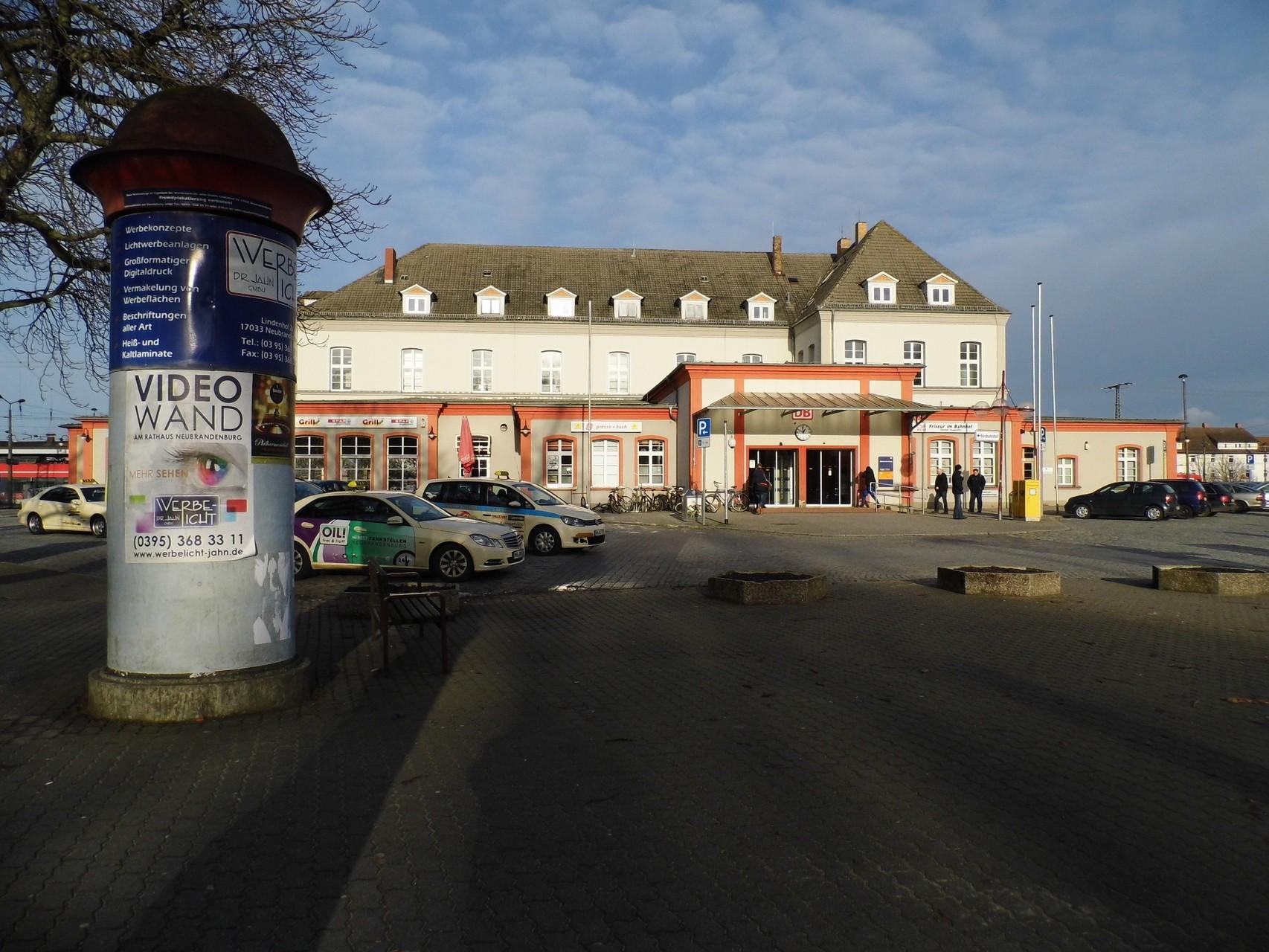 Neubrandenburgs Bahnhof,  zu modern für die Filmcrew, wurde kurzfristig in Pasewalk angesiedelt.