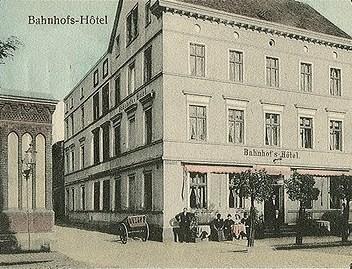 Unmittelbar am 1863 entstandenen Eisenbahntor entstand das Bahnhofshotel.