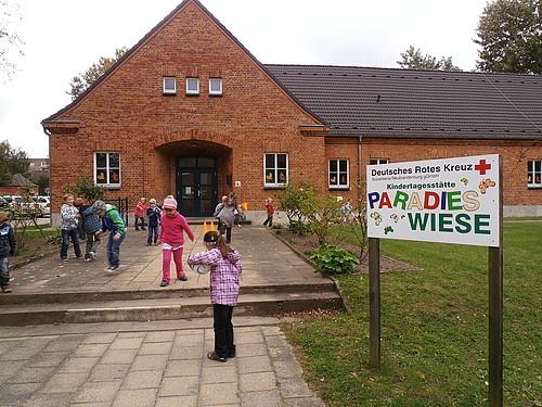 Spielende Kinder vor der Kita Paradiesweise