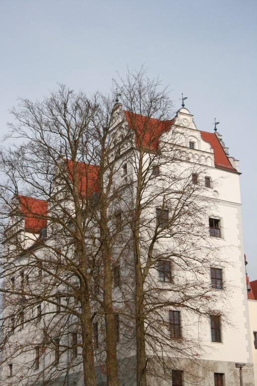 """Beim höher gelegenen """"Oberhaus"""" des Boitzenburger Schlosses blieb die 1537/38 die architektonischen Form mit den für die Renaissance charakteristischen Zwerchhäusern bis heute erhalten."""