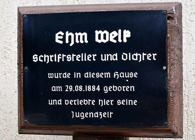 Am Geburtshaus von Ehm Welk in Biesenbrow weist das Schild auf den bedeutendsten Dorfbewohner hin.