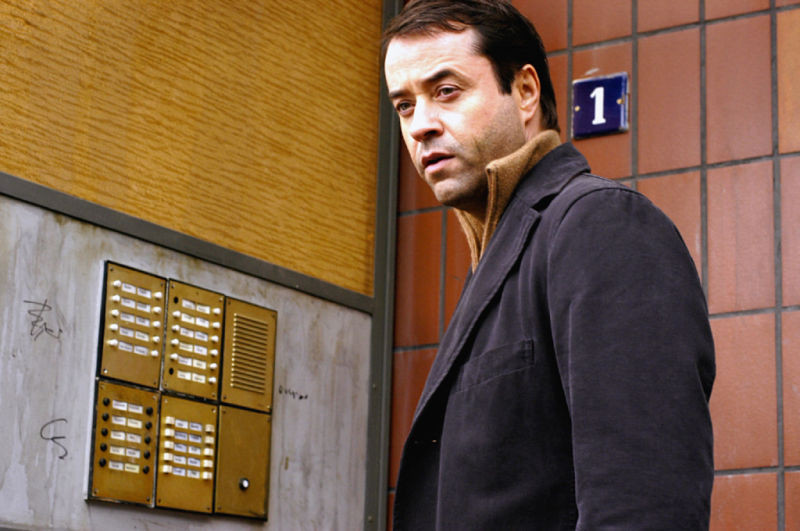 Jan Landers auf Spurensuche. Am Utkiek wohnt der Stasi-Offizier Carsten Zelewski (Henry Hübchen), der später vom Balkon in den Tod springt.