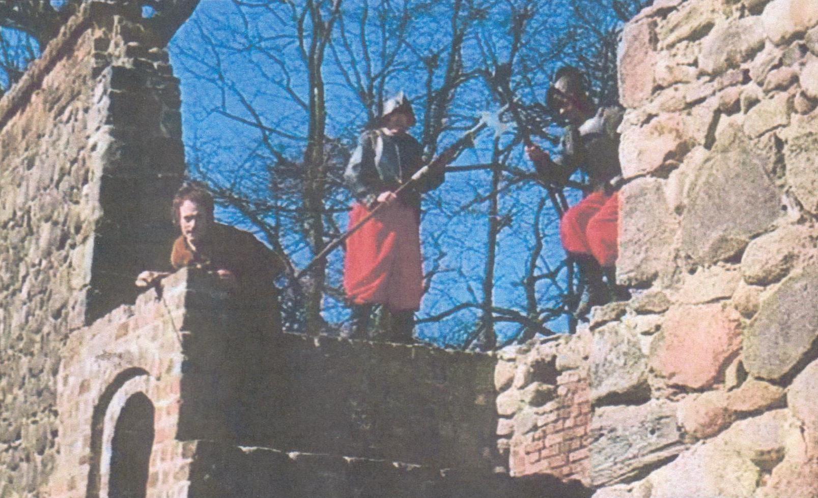 Die Verfolgung des Soldaten Hans wurde an der Stdtmauer in Neubrandenburg und in den Straßen von Barth gedreeht und perfekt zusammengeschnitten.