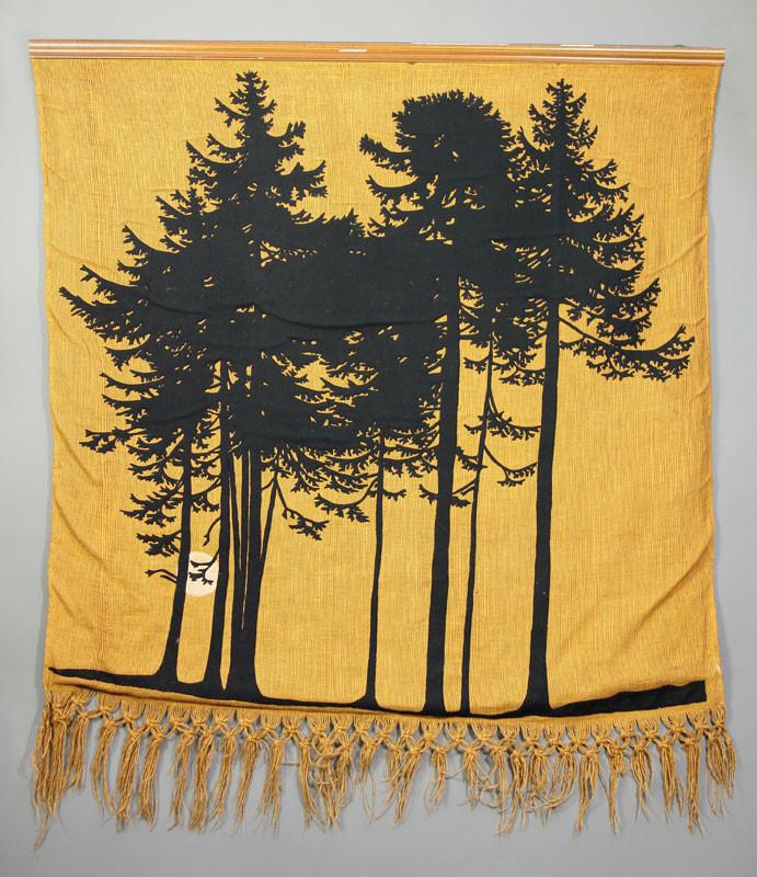 Die ockerfarbene Webarbeit mit schwarzen Wollstoffapplikationen und cremefarbener Seidenapplikation schuf Arthur Diener 1908.