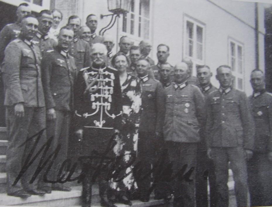 Mackensen mit seiner Frau im Kreis von Offizieren vor dem Gutshaus Brüssow