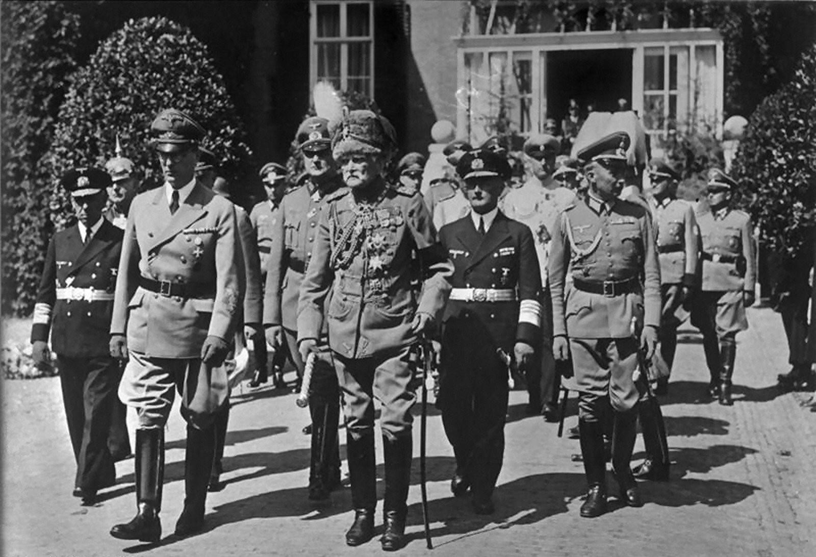Mackensen bei der Beisetzung Kaiser Wilhelm II. 1941 in Dorn.