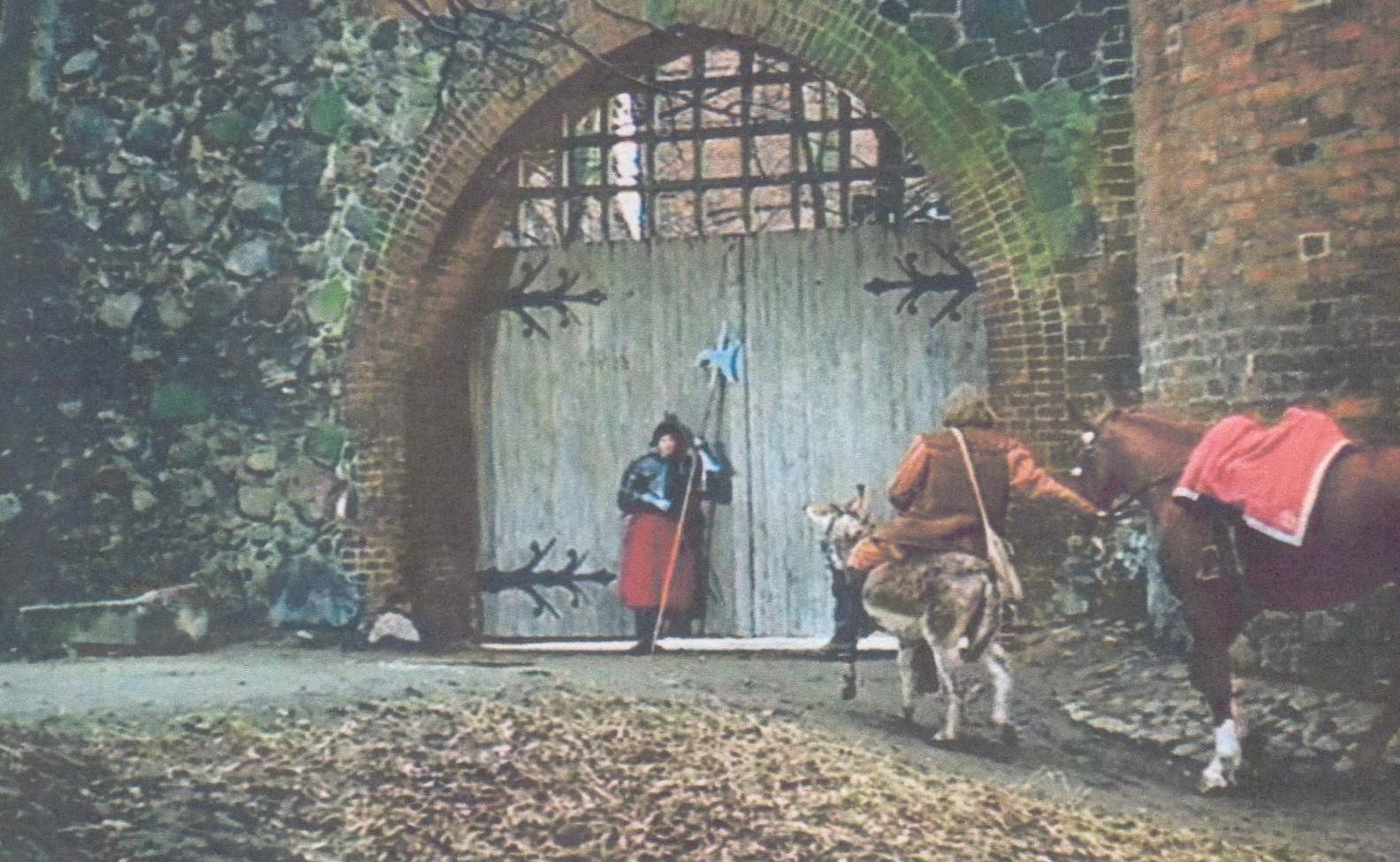 Am Fangelturm wurde ein schweres Tor eingebaut, das durch Soldaten bewacht wurde.