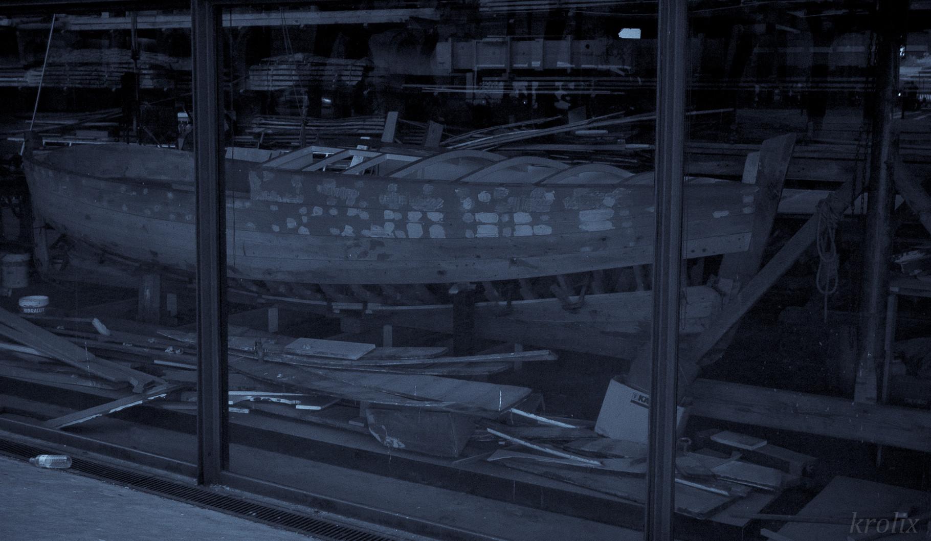 Лодка в мастерской рядом с портом