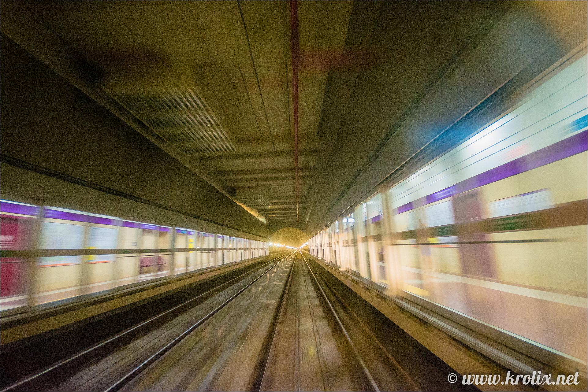 6. А это фото из окна ПЕРВОГО вагона метро. Они движутся АВТОМАТИЧЕСКИ, без машиниста!
