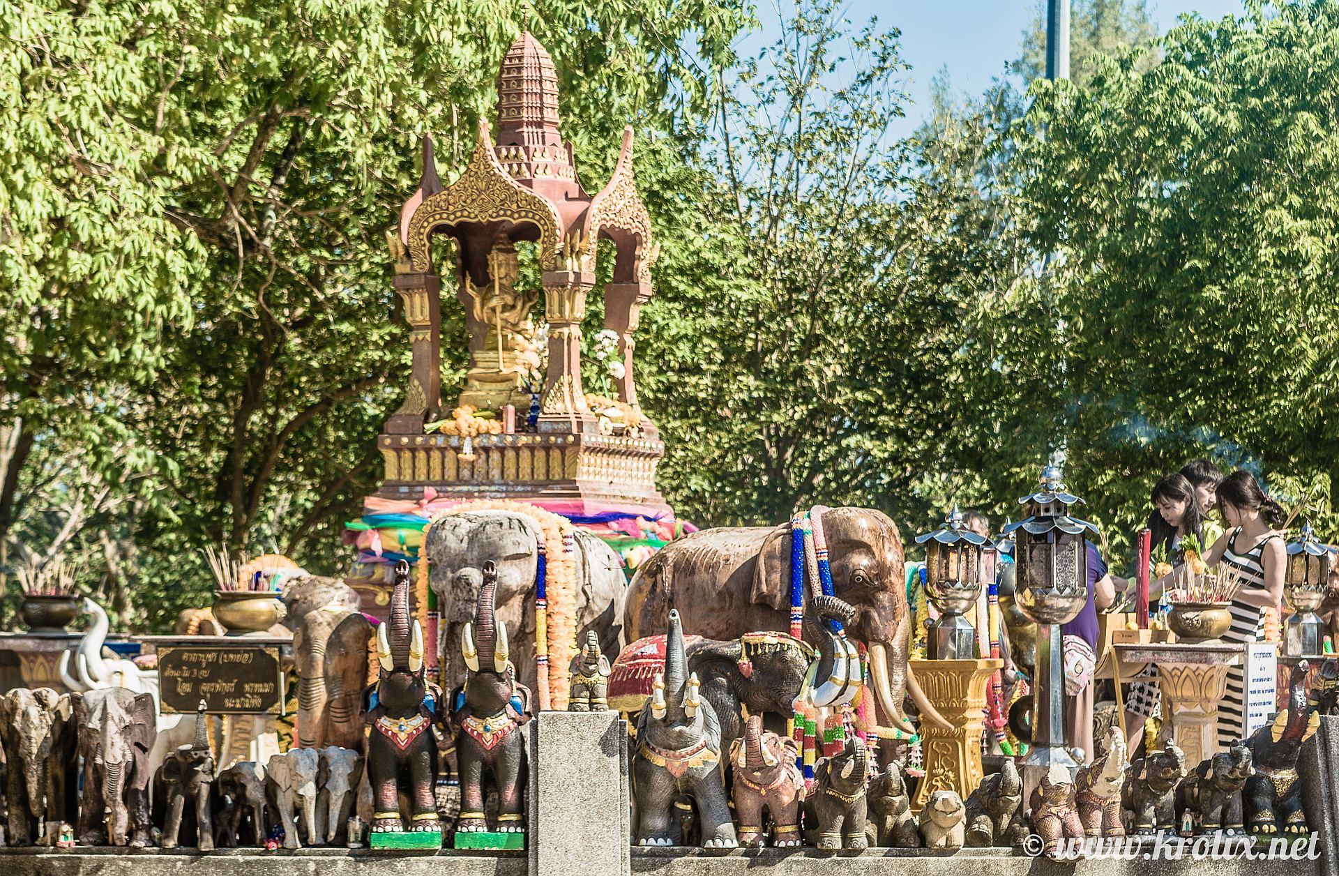 и фонтан с кучей слонов.