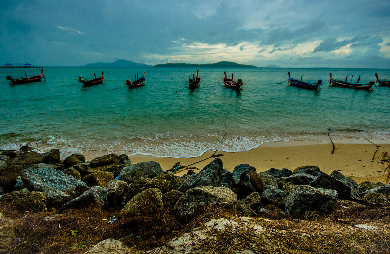 Есть там и водное такси, которое возит туристов на соседний необитаемый остров Ко Бон, что виден на снимке.