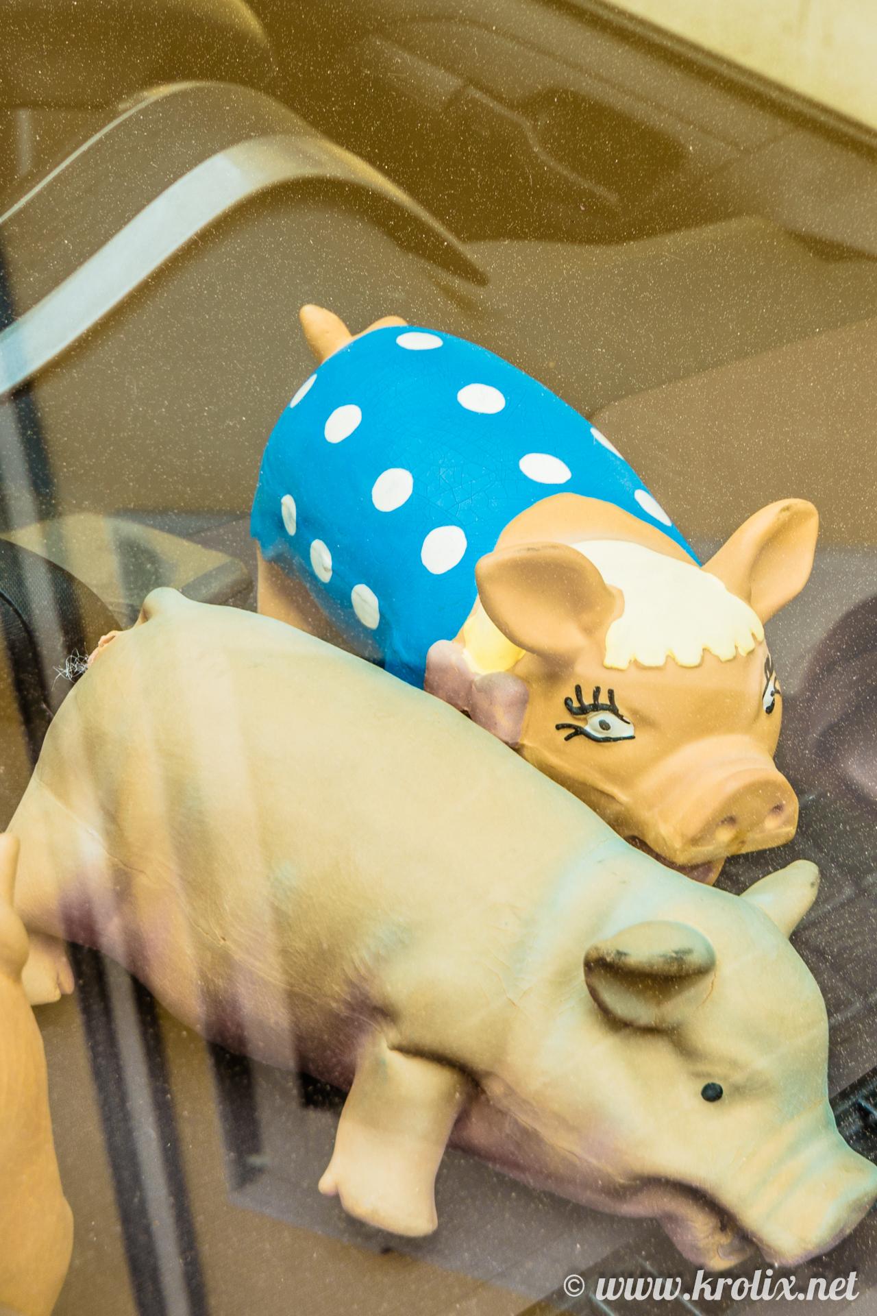 2. Свинка-жена что-то выговаривает отвернувшемуся от неё свину-мужу.