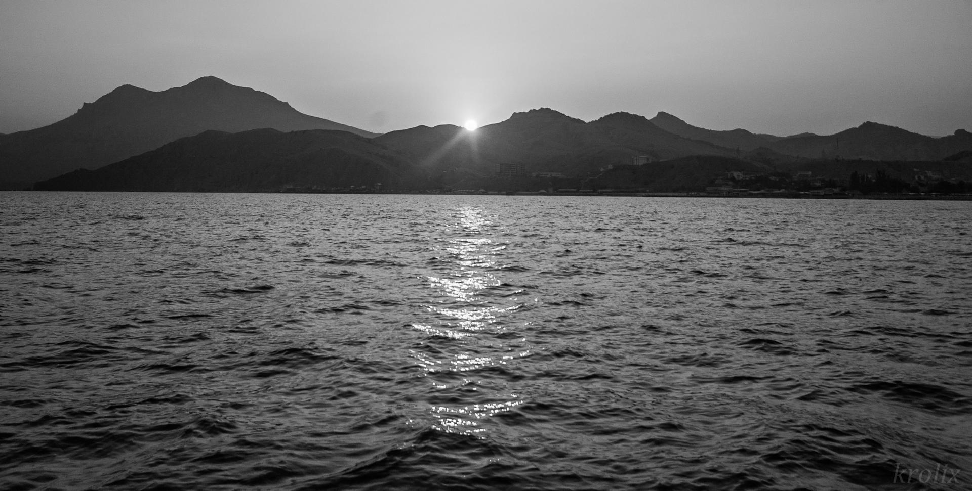 Солнце ложится ровно в ложбинку между пиками, а мы плывём по прохладе домой.