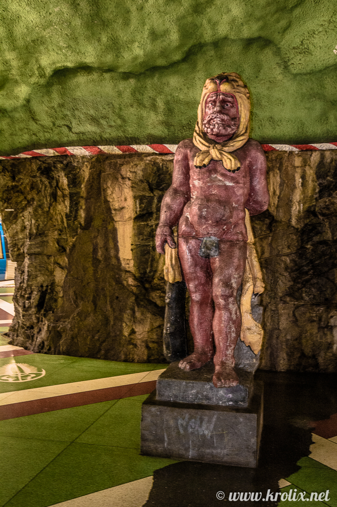 4. Прямо в переходах можно встретить статую страшного мужика...