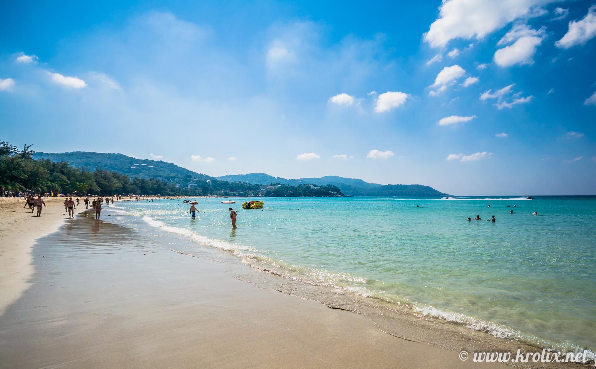 Что касается самого пляжа, то здесь оживлённо, много людей.