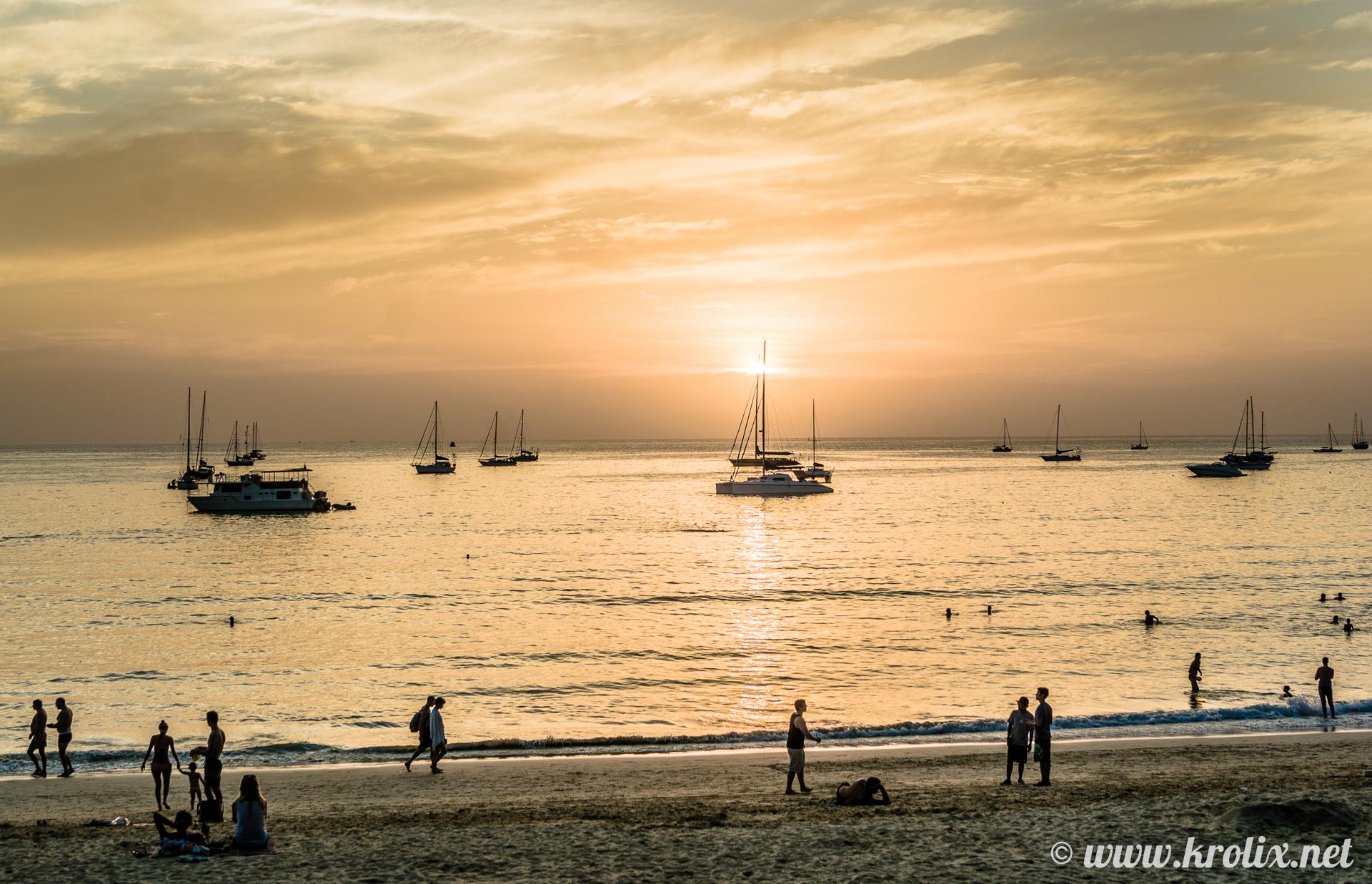 или же кремово-оранжевого цвета, если сфокусироваться на уходящем солнце и море рядом с ним.