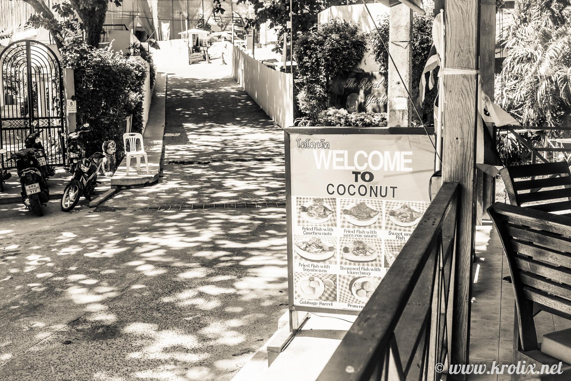 Называлось место Coconut. Ничего особенного, но расположение удобное, прямо с краю пляжа.