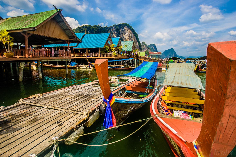 ...мы садимся в лодку и едем на обед в деревню морских цыган.