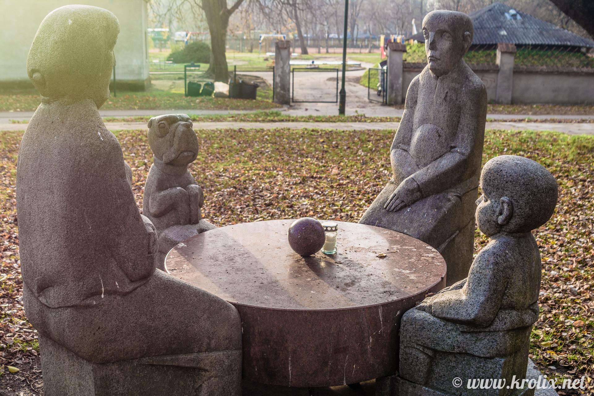 4. Окаменевшие люди и звери сидят за столом с магическим шаром...