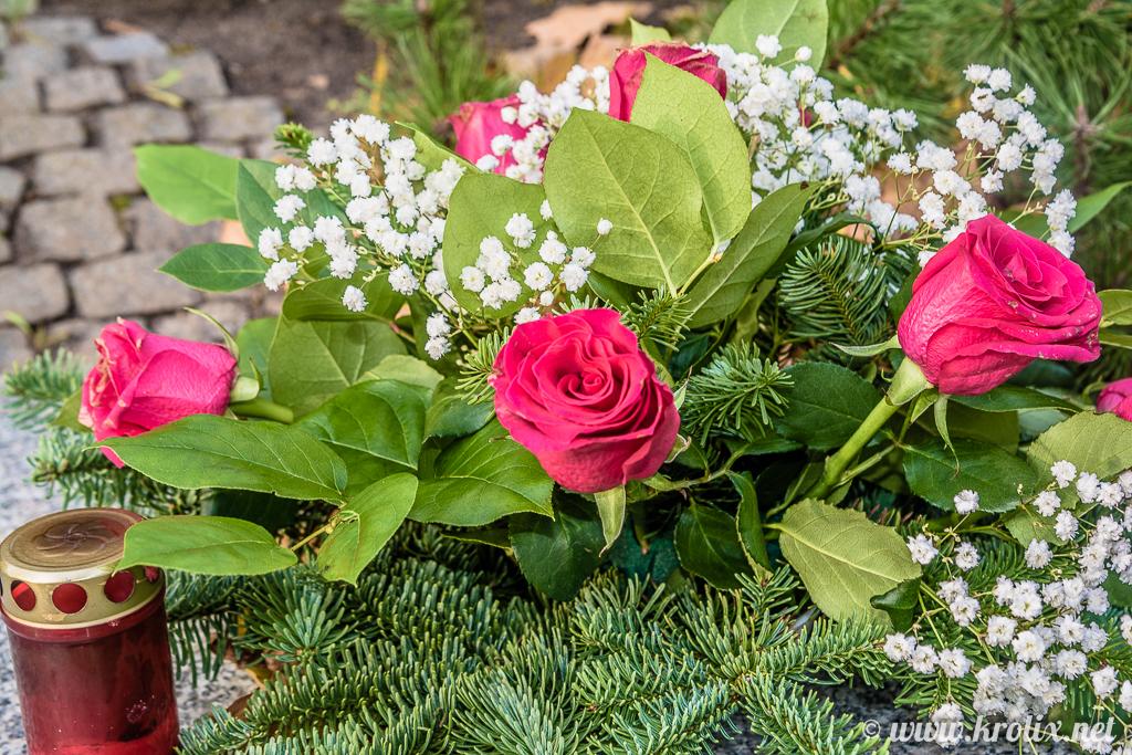 8. Тут же свечки, искусственная хвоя и цветы.
