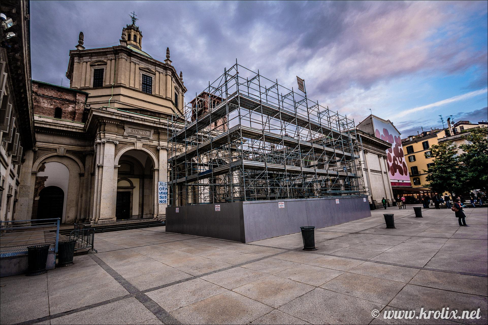1. В Милане есть вот такие места. Здесь металлоконструкции стоят на фоне церквей...