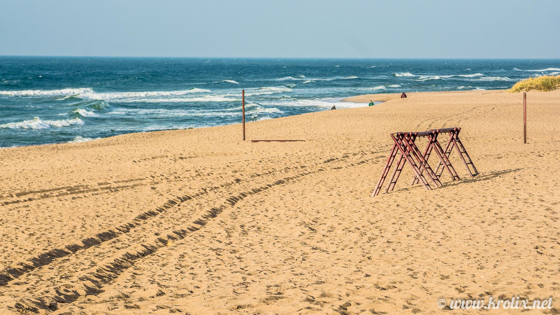 4. Пустынный пляж украшают лесенки непонятного предназначения.