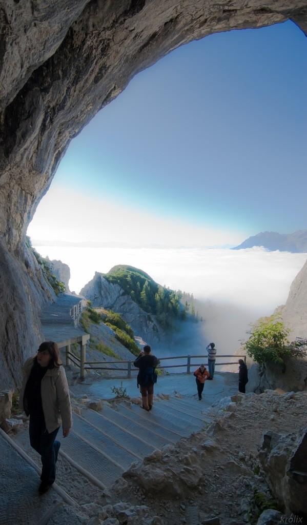 Люди поднимаются к пещере