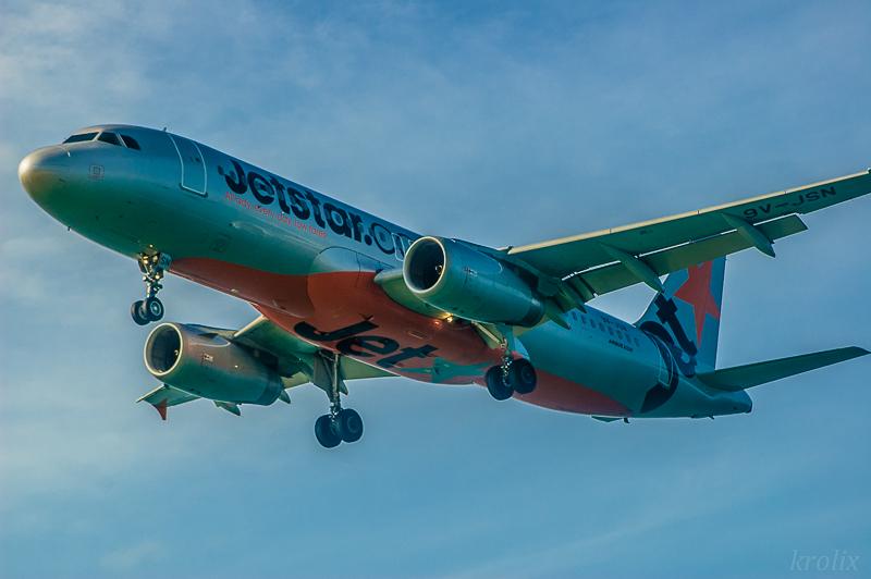 В 10 метрах над тобой мощно проплывают небольшие Airbus'ы Jetstar'а...