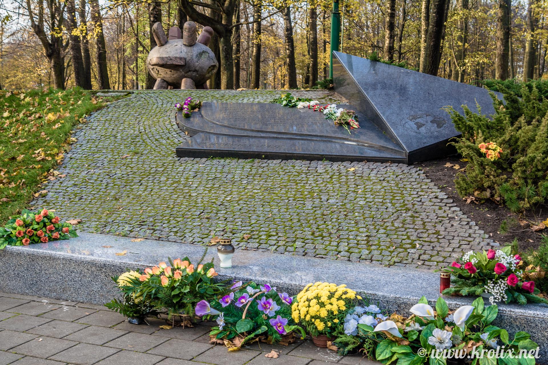 7. Странная мина-ёжик рядом с мемориалом.