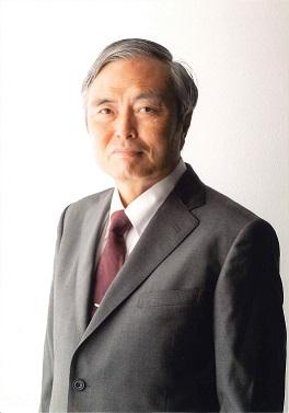 会長の上半身の写真です。ワイシャツにネクタイと背広着用しています。