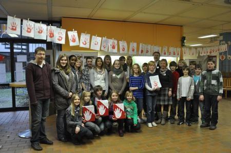 Die Sozial-AG bei der Unterschriftenübergabe zum Red-Hand-Day
