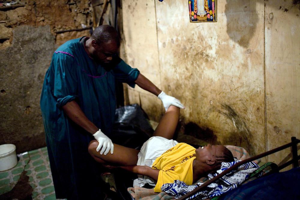 Una donna aspetta di partorire a Mathare.La maggior parte delle donne in Mathare non possono permettersi di andare in ospedale per partorire