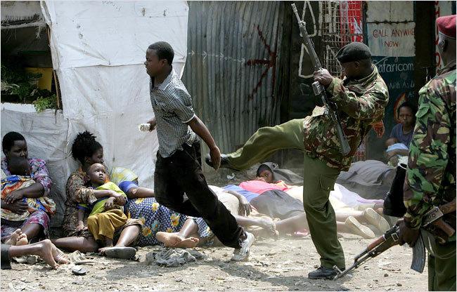 La polizia assedia lo slum di Mathare, distruggendo baracche e picchiando i residenti nella loro caccia ai membri della banda Mungiki.
