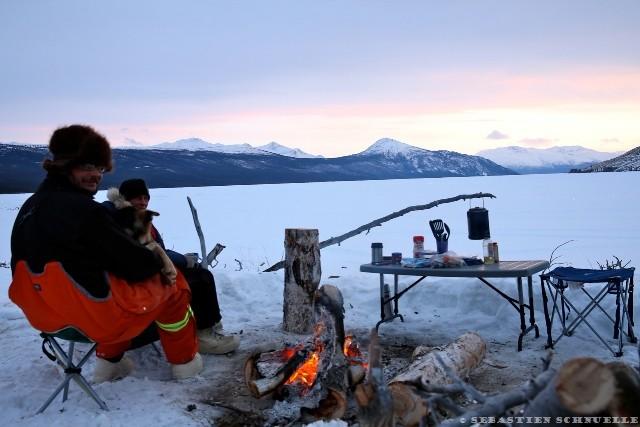 Sous - 30°c en hiver, il faut être bien couvert. Rien de tel qu'un feu de camp pour raviver les coeurs refroidis!