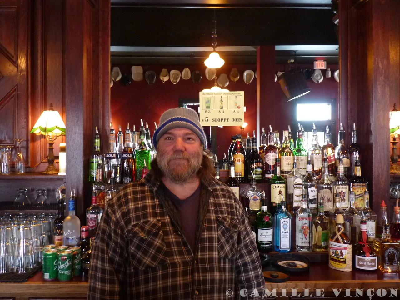 Un barman en Alaska, à Skagway.
