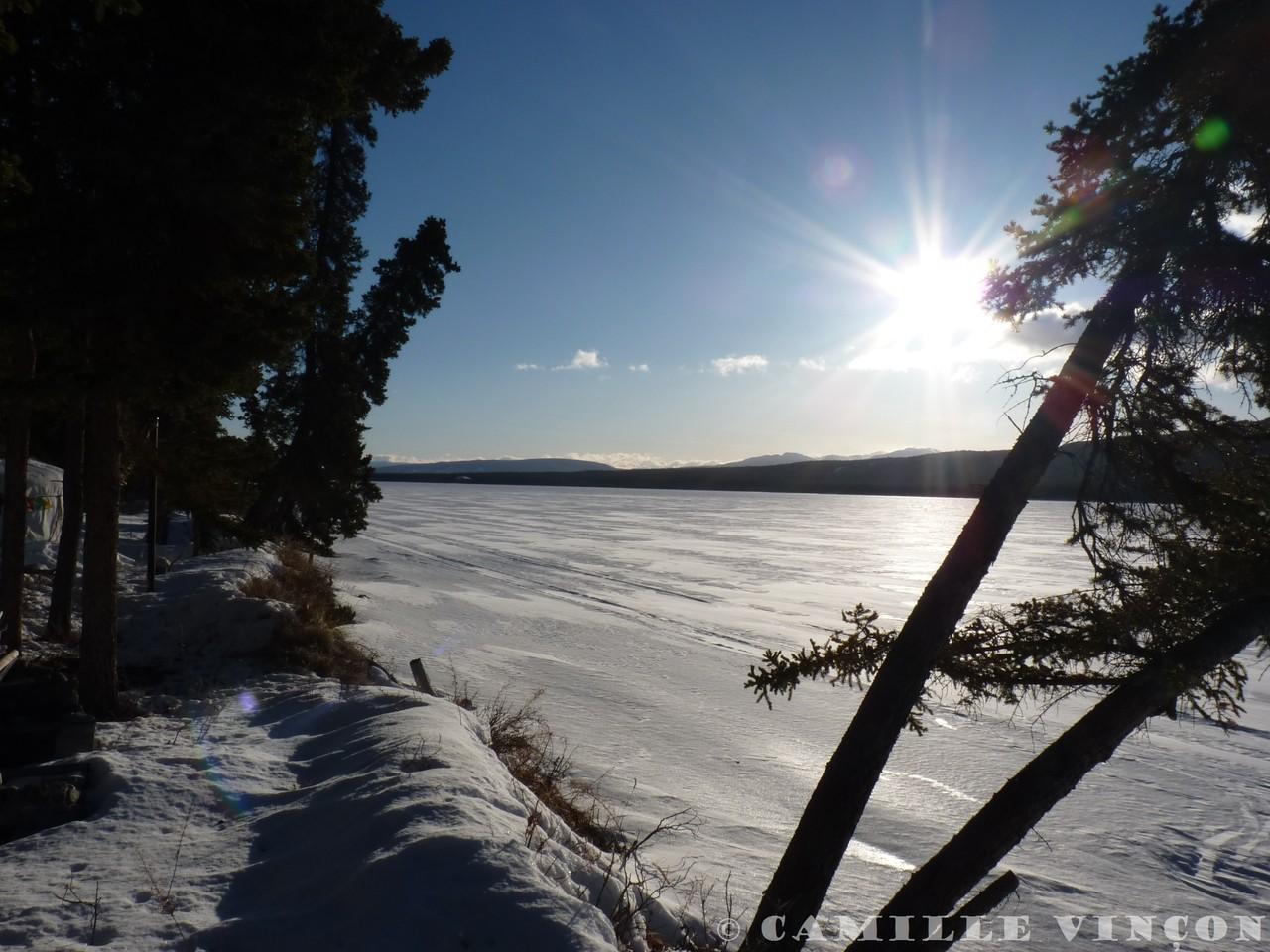 Lever du soleil sur un lac, une matinée ensoleillée de mars.