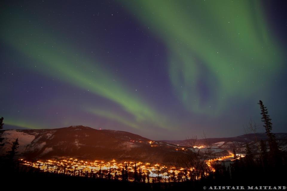 Aurores boréales sur Dawson City, au nord du Yukon.
