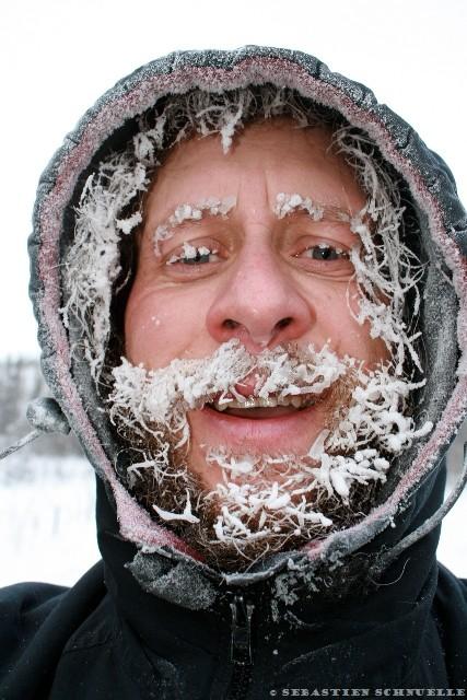 Après plusieurs heures passées dehors, les cheveux, cils et poils gèlent... Ici, Sebastien Schnuelle, célèbre musher Allemand installé au Yukon depuis 30 ans.
