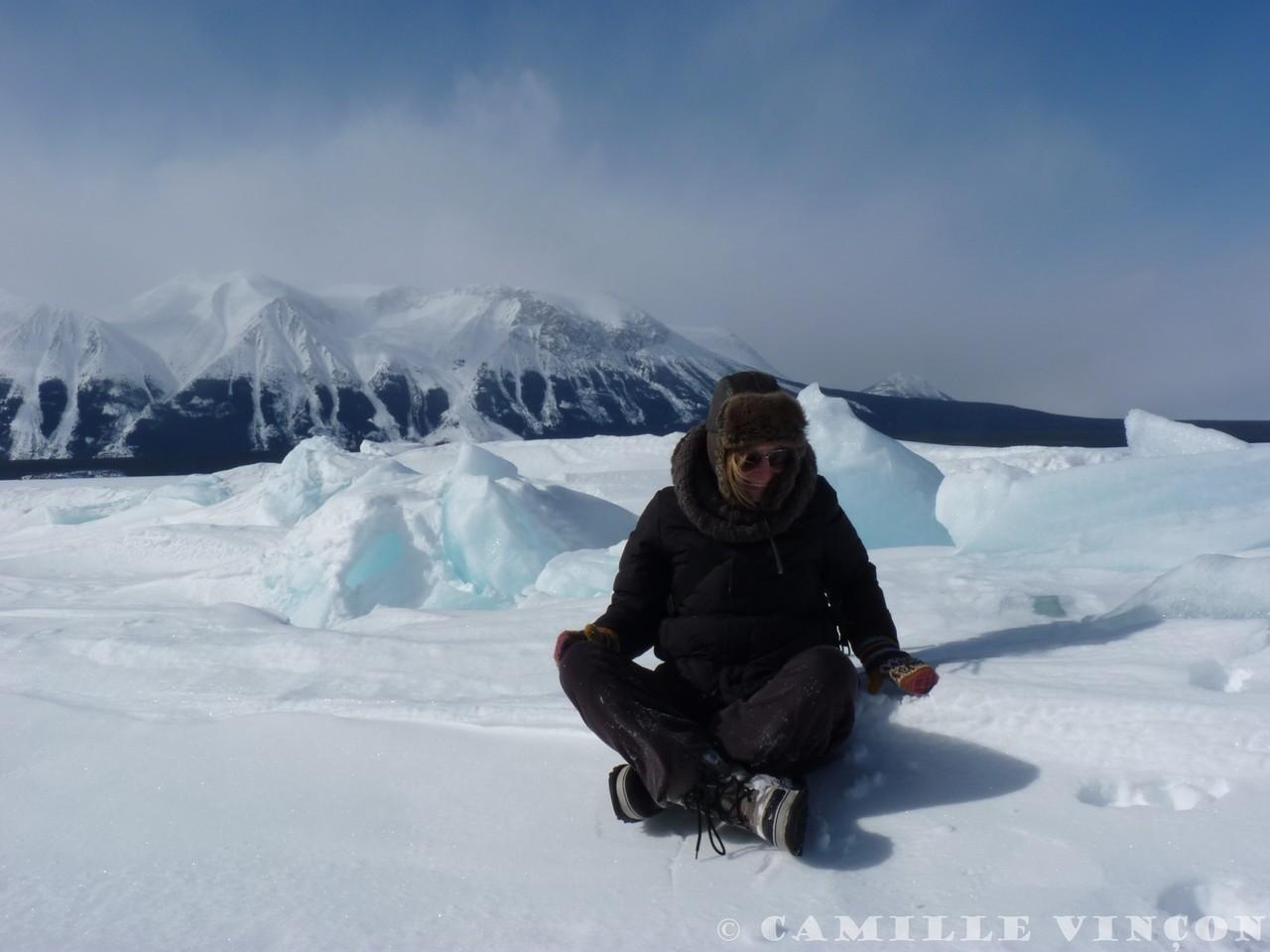 Sur les immenses lacs gelés, le vent pousse parfois la glace et la fait remonter jusqu'à plusieurs mètres parfois.