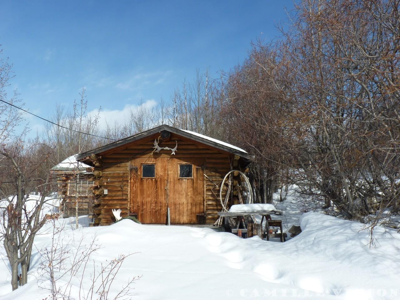 Les cabanes typiques en rondins dans les territoires du nord du Canada et de l'Alaska.