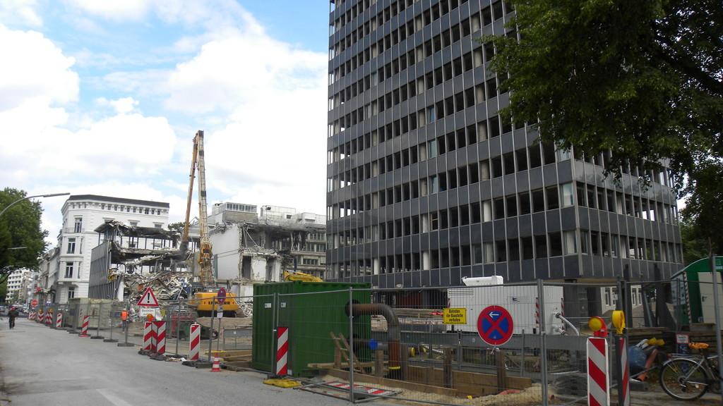 25.7.: Auch das Bürogebäude rechts, in dem bis 2009 GlaxoSmithKline ansässig war, wird abgerissen werden | © greenIMMO