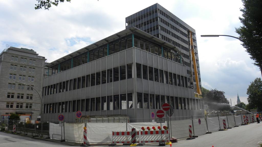 25.7.: Rückwärtige Seite von den Alsterterassen kommend; Gebäude kurz vor dem Abriss | © greenIMMO