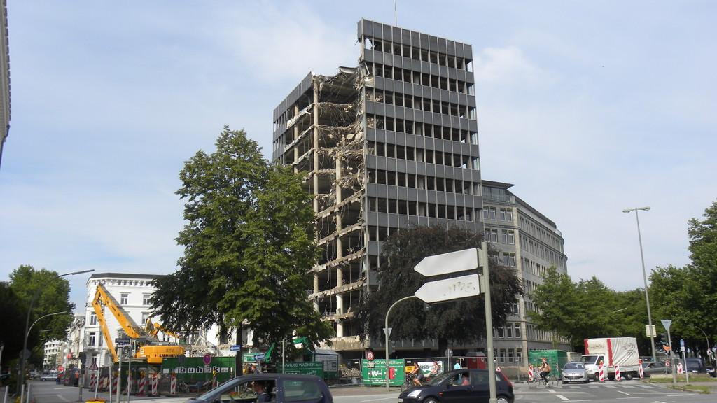28.7.: Die Abrissarbeiten am Bürogebäude haben begonnen |  © greenIMMO