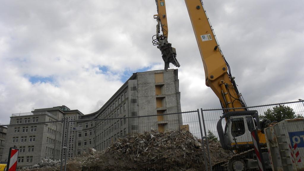 13.8.: ... und arbeitet sich durch das Abrissgebäude | © greenIMMO