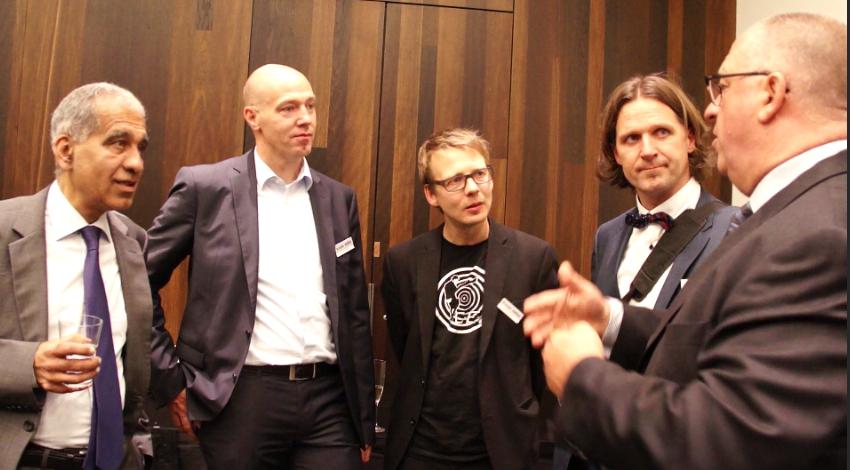 Messerundgang: N. Zippel (GF Sager & Deus) und J. Mohr (GF Sager & Deus)   mit den Wake-up-Call-Rednern Prof. Mojib Latif (l.) und Prof. Timo Leukefeld (2.v.re.) | Bild: greenIMMO